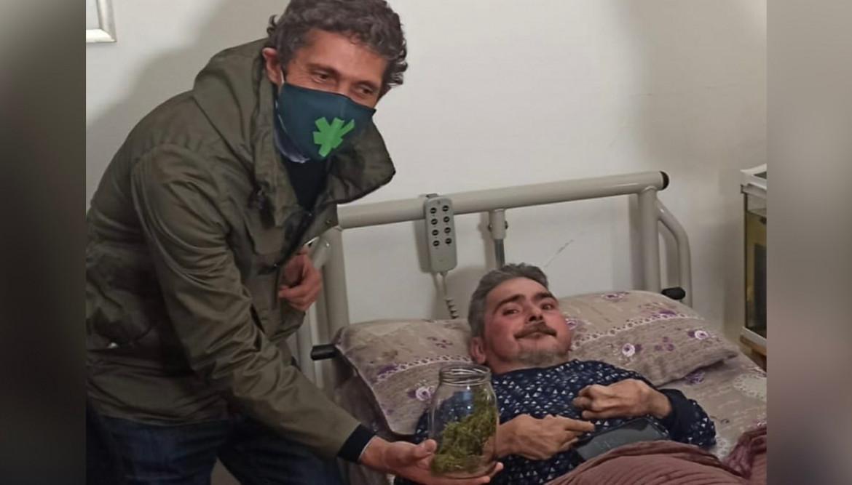 Arezzo, Riccardo Magi consegna a Walter De Benedetto cannabis autocoltivata