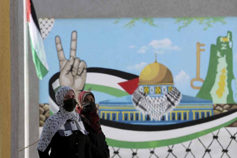 Gaza. Donne in attesa di registrarsi all'ufficio della Commissione centrale elettorale