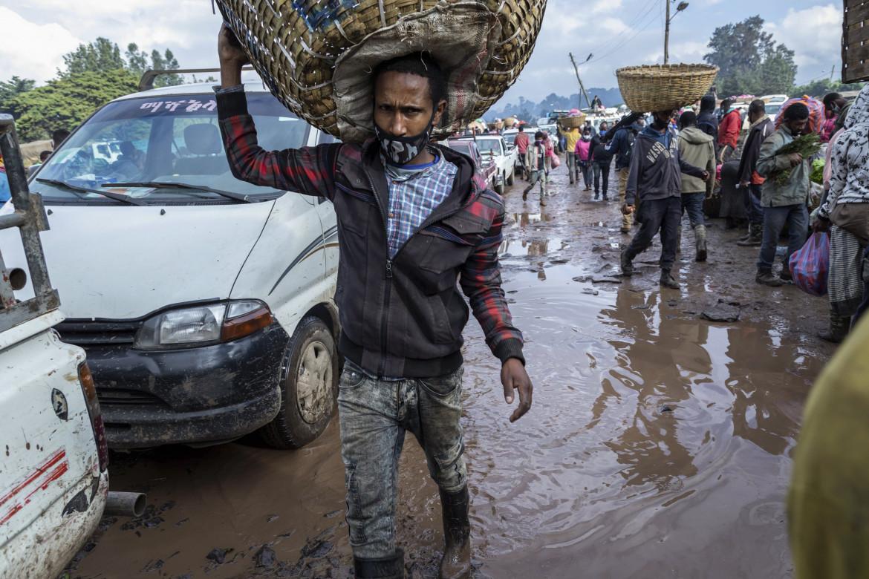 Commercianti di ortaggi diretti al mercato di Atkilt Tera, Addis Abeba