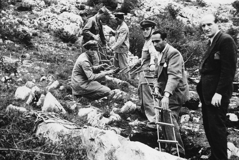 Immagine d'archivio dell'ingresso di una foiba scoperta in Friuli nel dopoguerra
