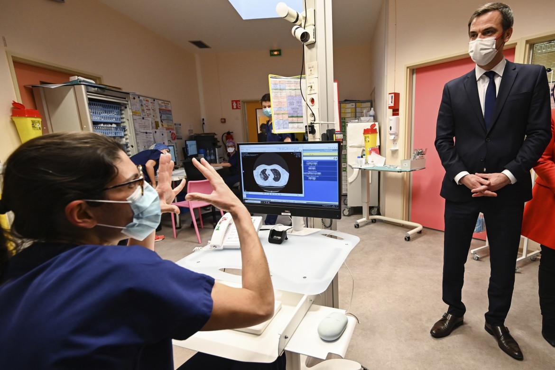Il ministro francese della sanità  Olivier Veran in visita in un ospedale di Dunkerque