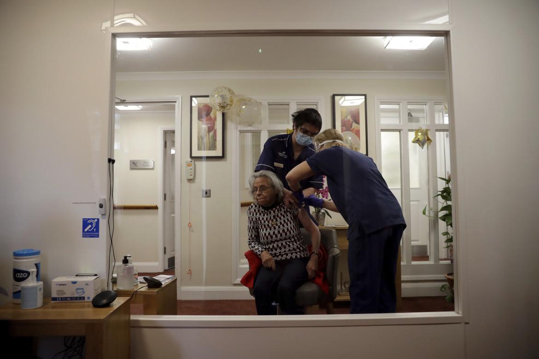 Londra, somministrazione del vaccino AstraZeneca in una casa di cura