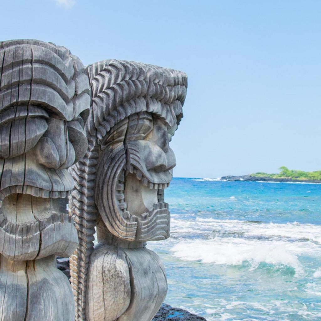 Un totem «Tiki» che appartiene alla mitologia del Pacifico, su una spiaggia  della Big Island delle Hawaii