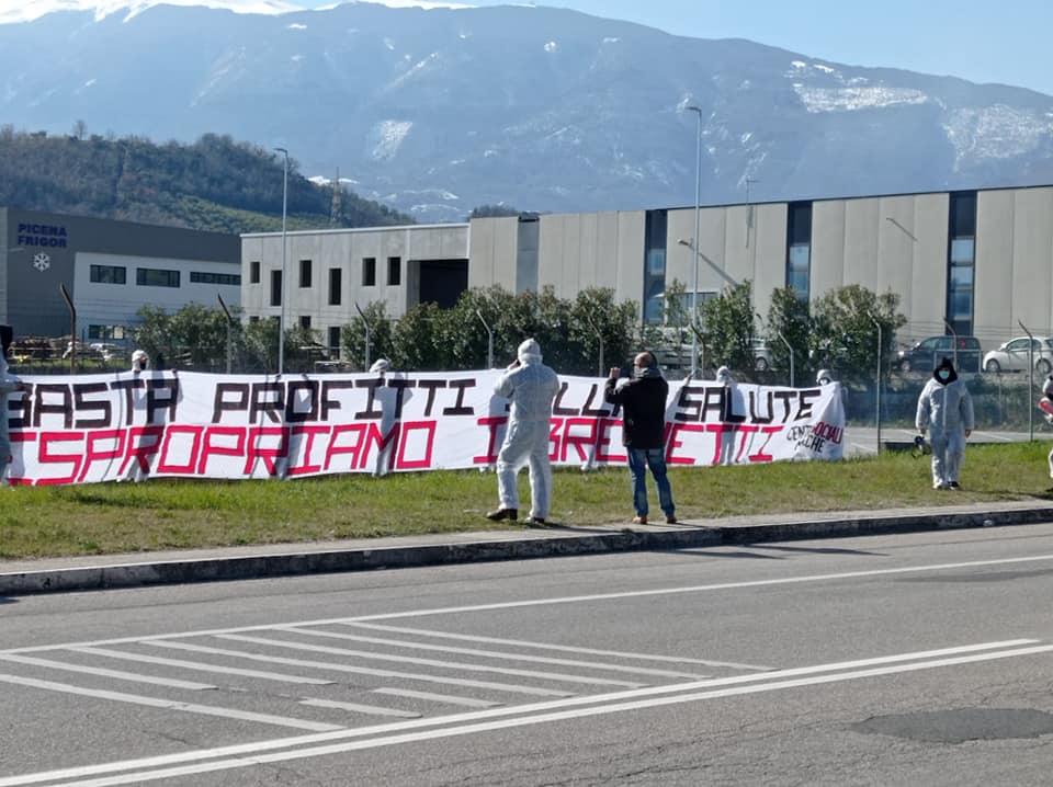 Ascoli Piceno, i centri sociali davanti alla sede della Pfizer