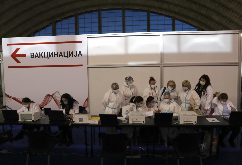 Ospedale di Belgrado, si preparano le siringhe con il vaccino Sinopharm, in basso Vuk Vuksanovic