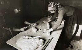 Lisetta Carmi Orgosolo Casa Piras preparazione del pane carasau 1976