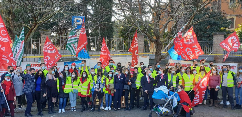 La manifestazione dei lavoratori Norwegian sotto l'ambasciata norvegese a Roma