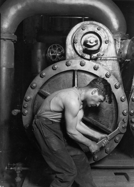 Lewis Hine «Power house mechanic working on steam pump», 1920
