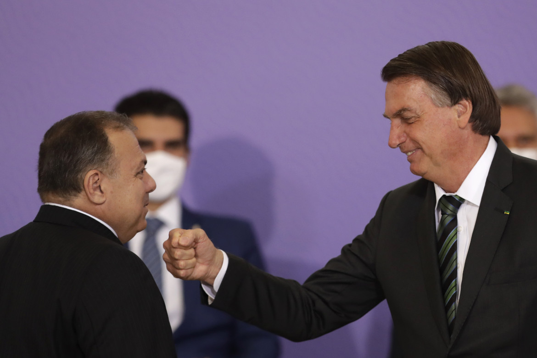 Il ministro della Salute, generale Eduardo Pazuello, con il presidente Bolsonaro nel giorno di presentazione della campagna di vaccinazione