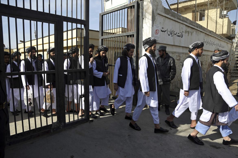 Prigionieri in procinto di essere liberati dal carcere di Pul-e-Charkhi a Kabul nell'ambito dehli accordi di Doha