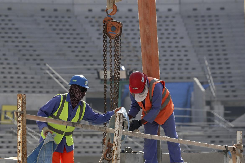 Migranti al lavoro nello stadio da 80mila posti di Lusail, in Qatar