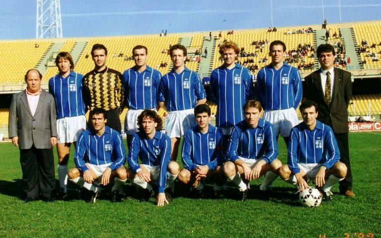 Il La Palma prima di una partita di Serie C2, nel 1989-1990. A destra Bernardo Mereu, allenatore protagonista della scalata dai dilettanti ai professionisti