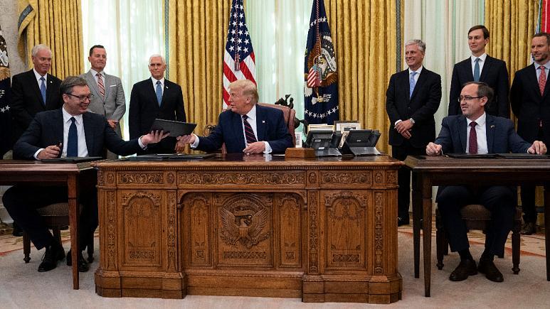 Trump tra il presidente serbo Vucic e il primo ministro kosovaro Hoti, il 4 settembre 2020 a Washington