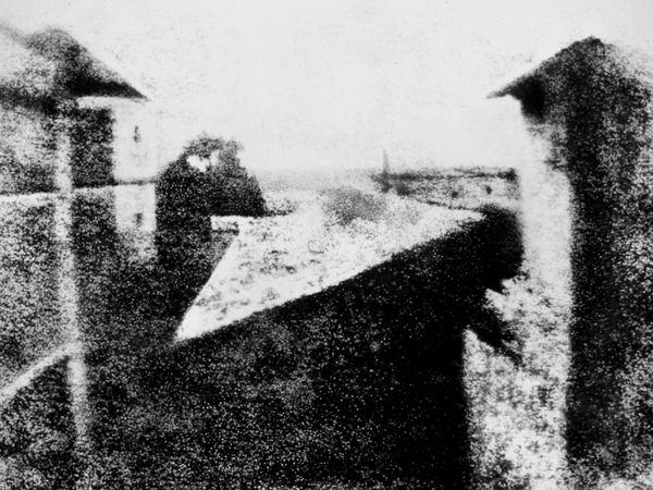 «Vista dalla finestra a Le Gras», Joseph Nicéphore Niépce, 1826. L'immagine che viene considerata la prima fotografia mai scattata