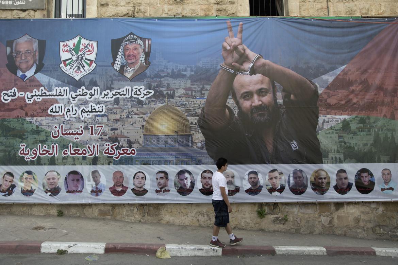 L'immagine di Marwan Barghouti in una strada di Ramallah durante lo sciopero della fame dei prigionieri palestinesi nel maggio 2017