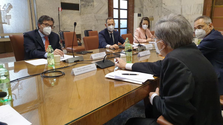 Il ministro Giorgetti durante una riunione su Alitalia