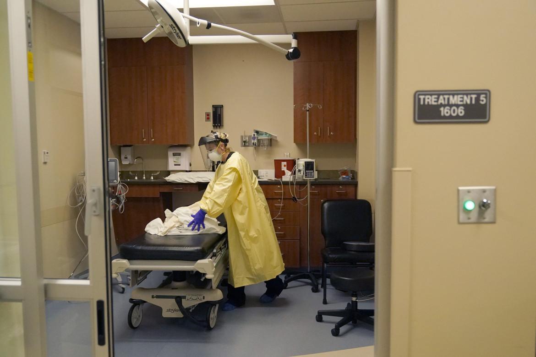 Pulizie in pronto soccorso dopo il trattamento di un malato di Covid-19 allo Scotland County Hospital di Memphis