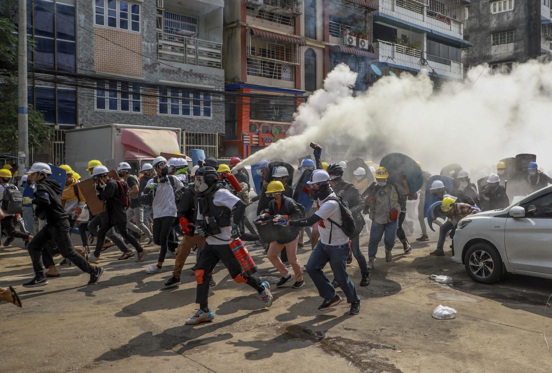 Yangon ieri, lacrimogeni sui manifestanti dopo le uccisioni di decine di persone in tutto il paese