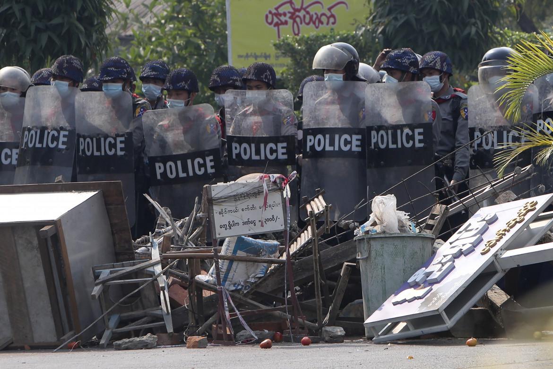Agenti anti-sommossa davanti a una barricata a Mandalay