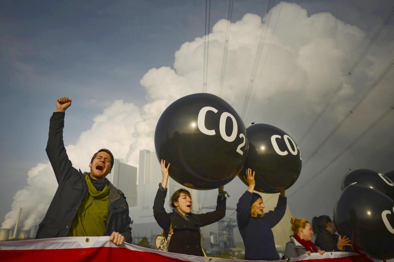 Una protesta davanti alla centrale a carbone di Neurath durante la Cop23 in Germania