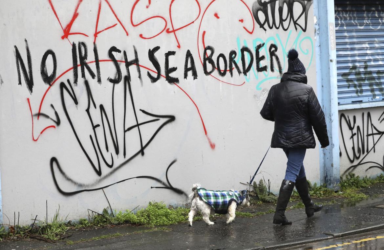 Il dissenso lealista sul confine doganale spostato in mare sui muri di Belfast