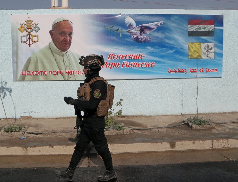 Iraq. Un poster in strada annuncia l'arrivo di papa Bergoglio