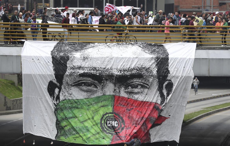 Un enorme striscione del Cric sventola su una protesta anti-governativa a Bogotà nel 2019