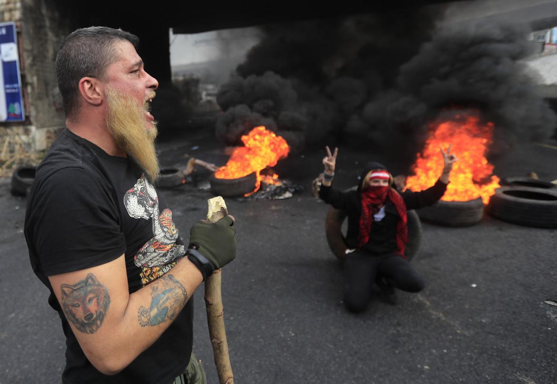 Zouk Mosbeh, nord di Beirut: la protesta di ieri contro la classe dirigente e l'incapacità di far fronte alla crisi economica