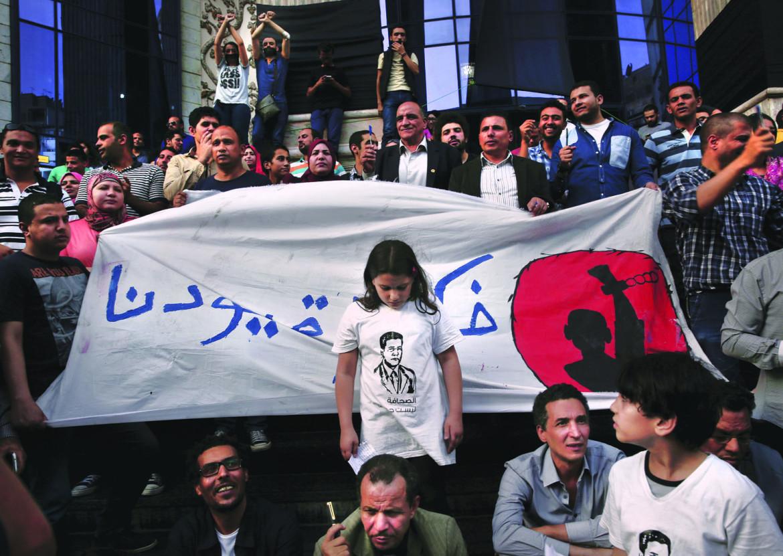 «Rimuovete le manette», la protesta dei giornalisti egiziani dopo il blocco di centinaia di siti