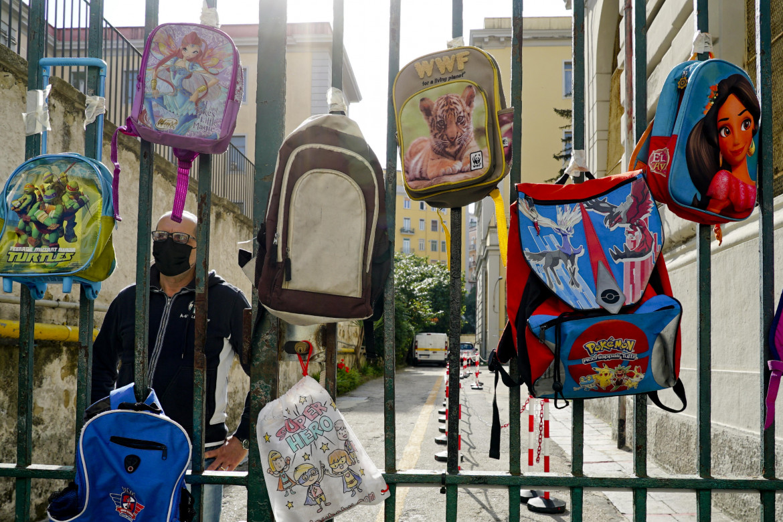 La protesta degli zainetti a Napoli