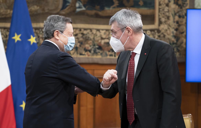 Il presidente del consiglio Mario Draghi saluta il segretario Cgil Maurizio Landini