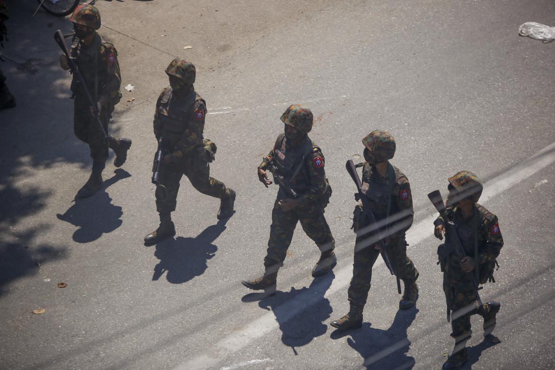 Soldati birmani contro i manifestanti anti-golpisti