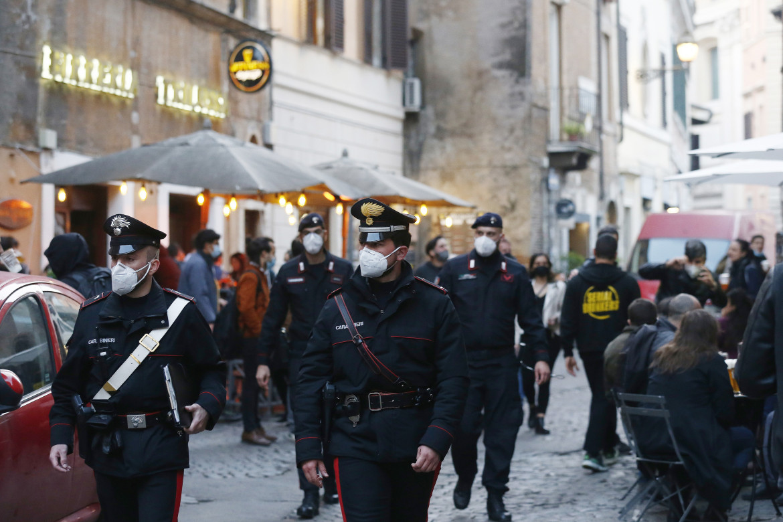 Controlli dei carabinieri a Trastevere, Roma
