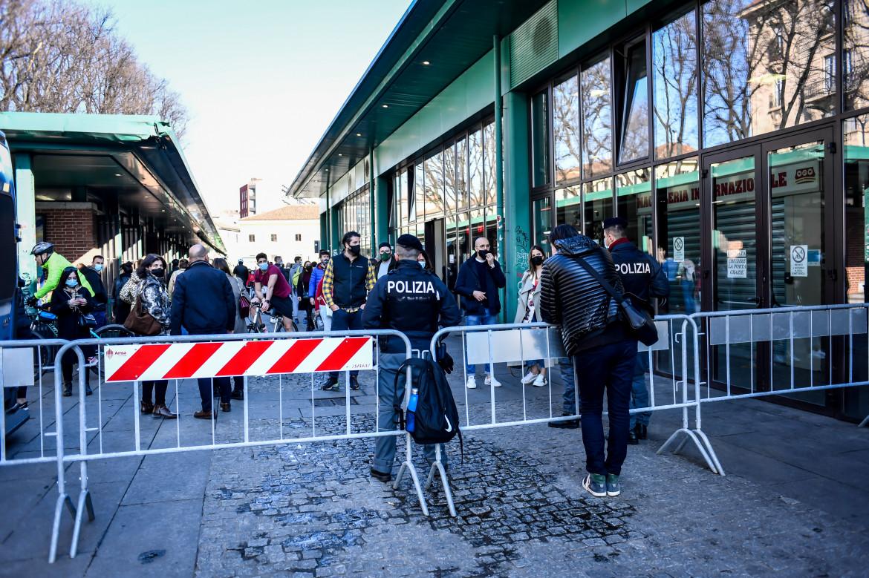Milano, controlli alla Darsena, in basso Sergio Mattarella accompagnato da Nicola Zingaretti in visita al Centro vaccinale allestito presso la Nuvola a Roma