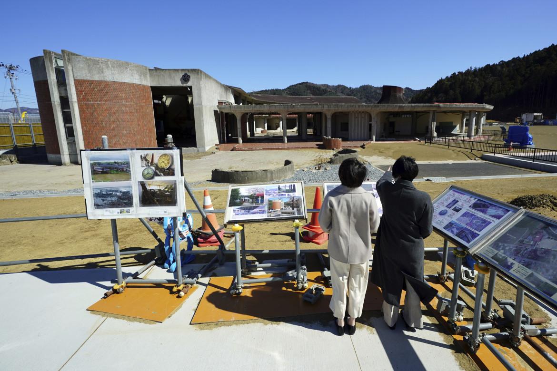 Il ricordo delle vittime, 74 bambini e 10 insegnanti, in una scuola elementare di  Okawa a seguito del terremoto e dello tsunami