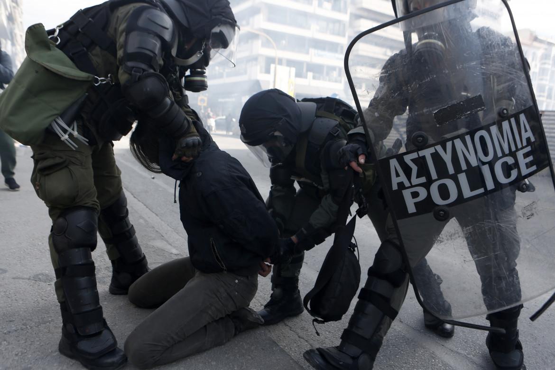 Poliziotti in azione in Grecia