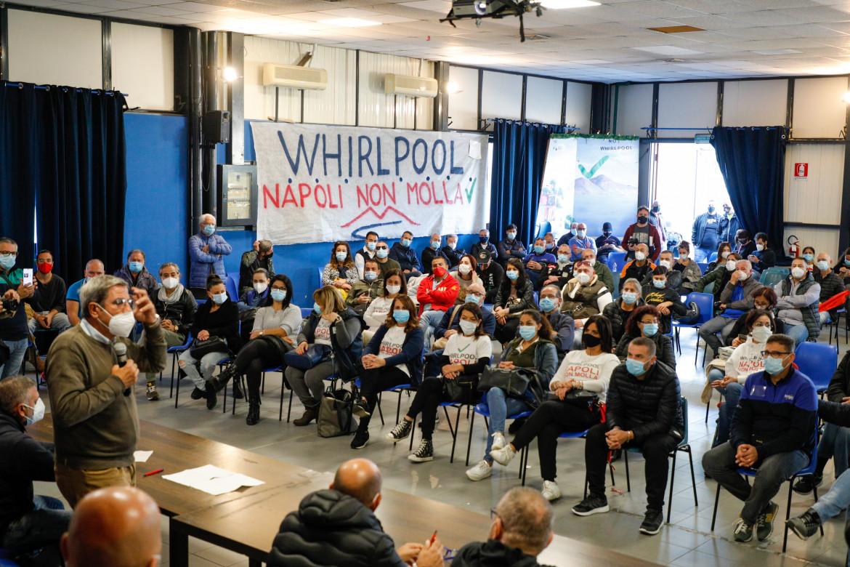 Una assemblea dei lavoratori Whirlpool di Napoli, prossimi al licenziamento