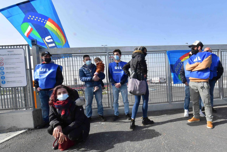 Una protesta sindacale della Uilt fuori dal magazzino Amazon di Pisa Montachiello