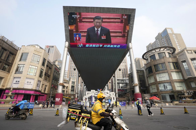 Xi Jinping su uno schermo gigante a Hong Kong