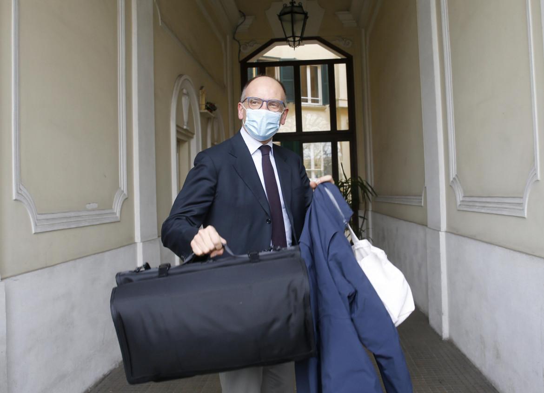 Enrico Letta al suo arrivo a Roma da Parigi