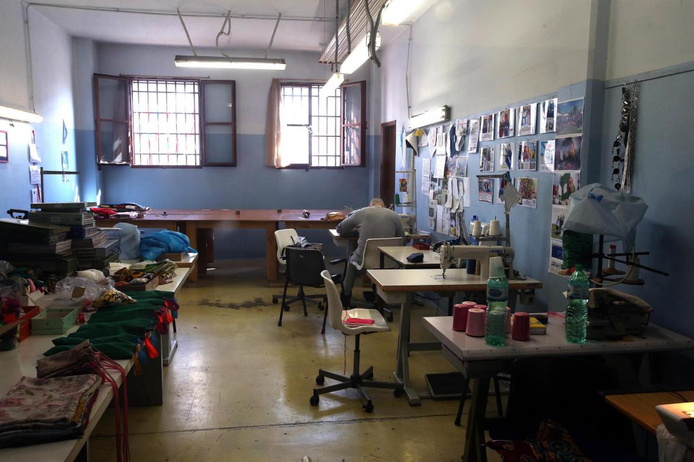 Detenuto al lavoro in un laboratorio di sartoria del carcere di Opera