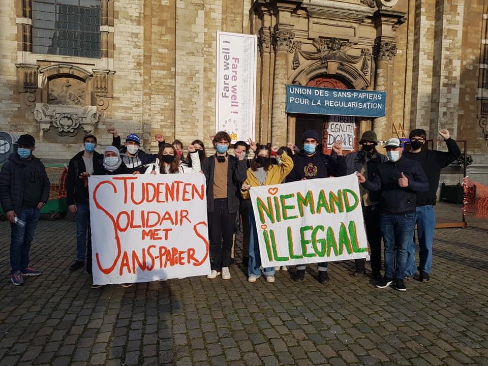 Studenti solidarizzano con i migranti  di fronte la chiesa occupata in piazza Sainte Catherine, nel centro storico  di Bruxelles.