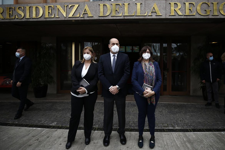 Nicola Zingaretti con Valentina Corrado e Roberta Lombardi