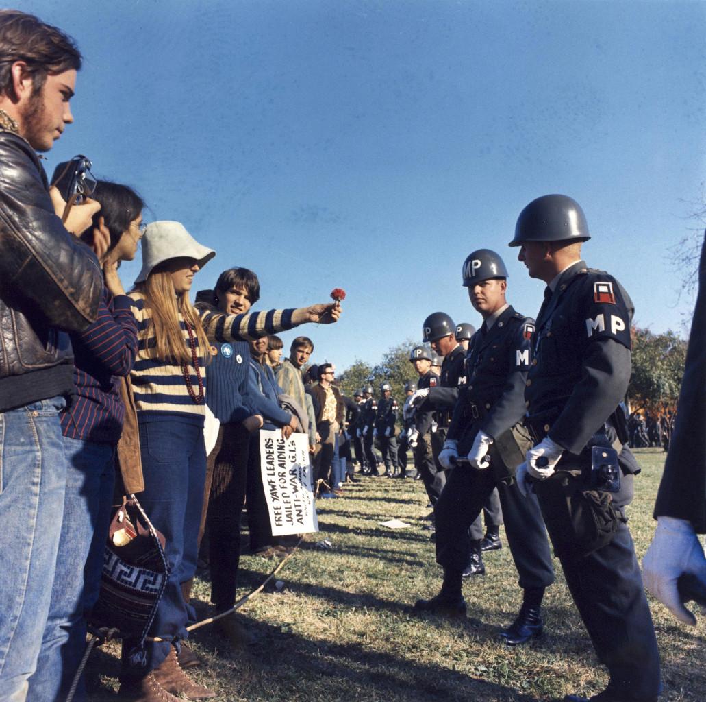Ottobre 1967, durante una manifestazione contro la guerra del Vietnam, al Pentagono, i manifestanti offrono dei fiori alla polizia militare