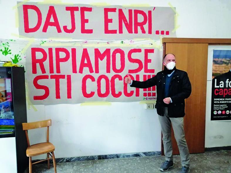 Enrico Letta ieri al circolo Pd di Testaccio