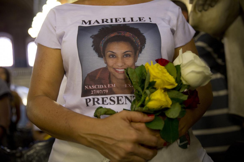 Marielle Franco presente! Anche sulle t-shirt e in chiesa, per una messa di suffragio alla chiesa della Candelaria di Rio