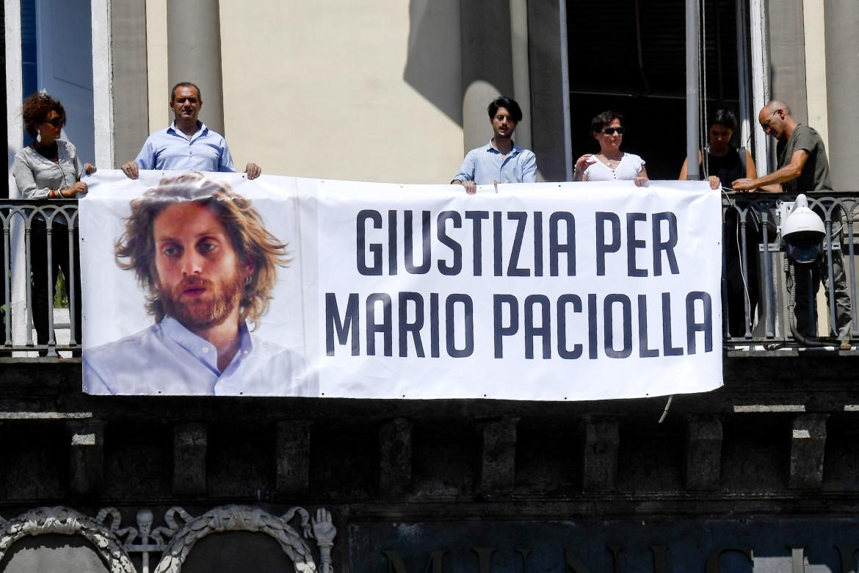 Lo striscione sulla facciata del Comune di Napoli per chiedere giustizia per Mario Paciolla