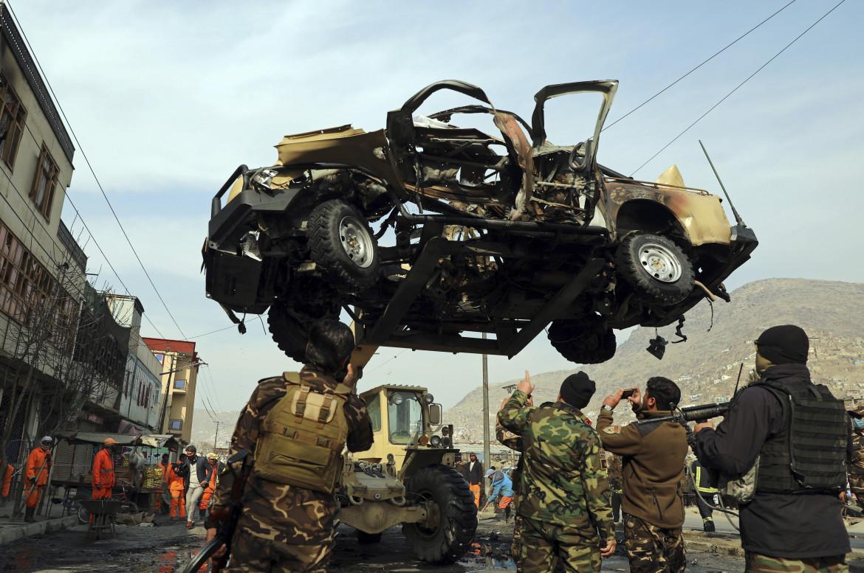 Lo scheletro di un'automobile distrutta in un attacco terroristico a Kabul, lo scorso febbraio