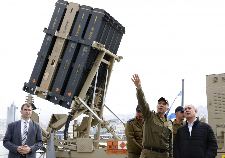 Il premier israeliano Netanyahu osserva una batteria Iron Dome