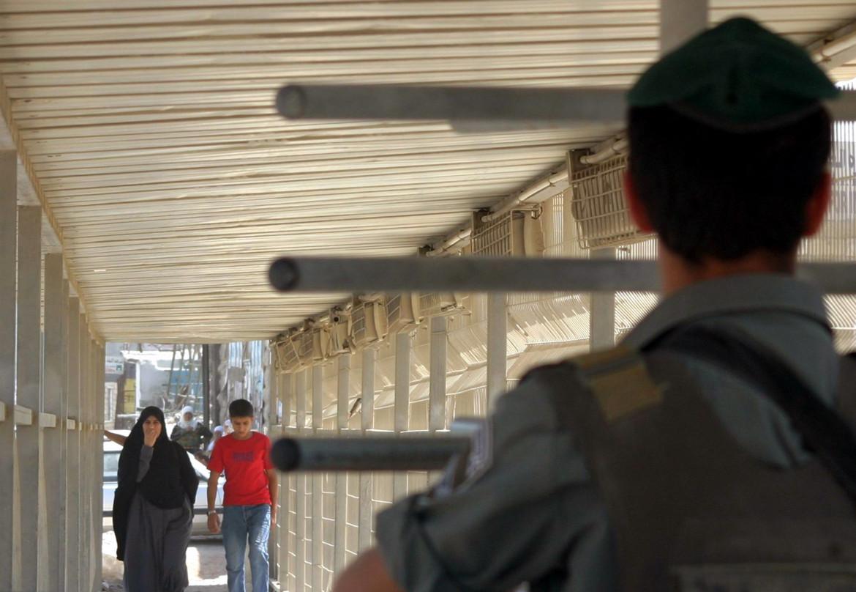 Gerusalemme. Palestinesi a un posto di blocco israeliano